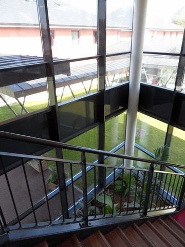 pose-film-solaire-fentre-vitrage-fondation-bellan-1-min