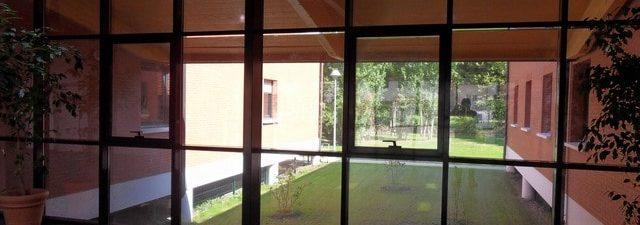 réduction lumiosité Pose d'un film solaire anti chaleur pour vitrage IME Fondation Bellan