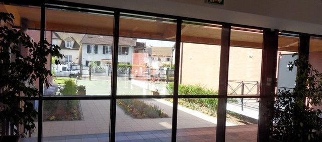 Pose d'un film solaire anti chaleur pour baie vitrée IME Fondation Bellan