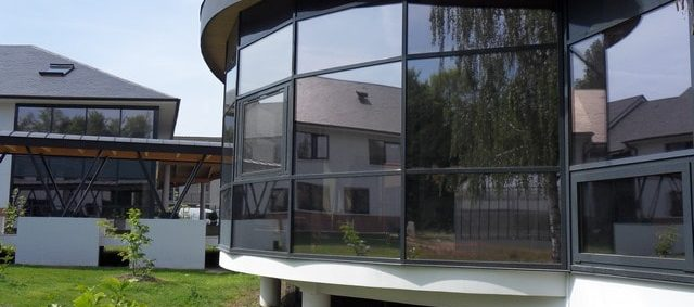 Pose d'un film solaire anti chaleur pour fenêtre IME Fondation Bellan