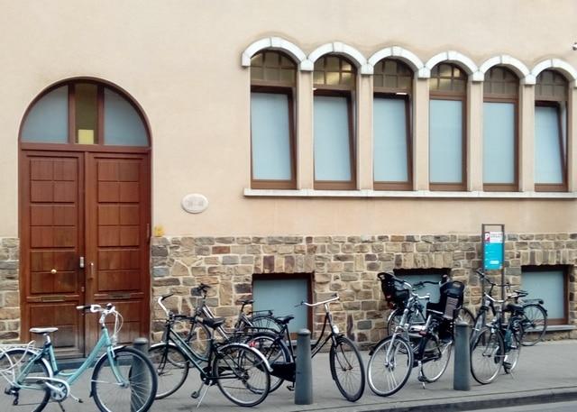 Chantier En Belgique : Pose De Film De Sécurité Sur Des Bâtiments D'une Communauté Religieuse