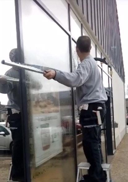 Pose d'un film anti chaleur sur la façade d'un magasin LIDL
