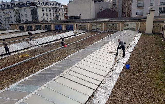 Application d'une laque solaire sur des toitures en verre